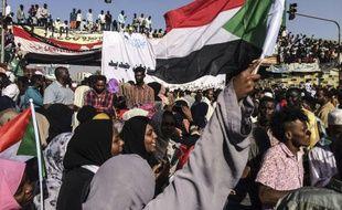 Après la démission du premier chef militaire de transition, trop lié au précédent régime, la liesse s'est emparée de la capitale du Soudan.