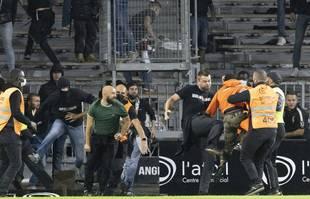 Des supporters marseillais et angevins s'affrontent après le match de football de Ligue 1 entre Angers et Marseille, au stade Raymond-Kopa d'Angers, le 22 septembre 2021.