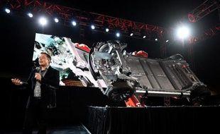 """Le patron de Tesla, Elon Musk, présente le 9 octobre 2014 à l'aéroport Hawthorne, dans la banlieue de Los Angeles, le chassis de la nouvelle Tesla """"D"""""""