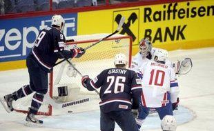 La France s'est inclinée 7 à 2 (1-1, 3-1, 3-0) face aux Etats-Unis, vendredi à Helsinki, en match d'ouverture du Tour préliminaire du Championnat du monde 2012 de hockey sur glace disputé en Finlande et à Stockholm en Suède.