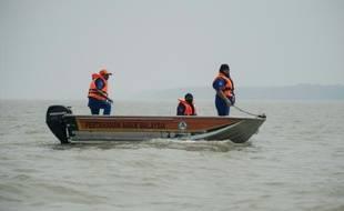 Des sauveteurs malaisiens recherchent des victimes d'un naufrage, le 19 juin 2014