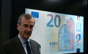 Le gouverneur de la Banque de France, François Villeroy de Galhau devant le nouveau billet de 20 euros, le 24 novembre 2015 à Paris