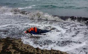 Un migrant échoué sur une plage dans le district de Dikili le 5 janvier 2016
