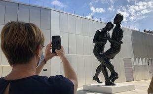 La maire de Rennes Nathalie Appéré photographie le coup de tête de l'artiste Adel Abdessemed. Ici exposée à Rennes lors de la présentation de l'exposition Pinault.