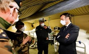 Emmanuel Macron, avec un masque, lors de sa visite à l'hôpital militaire de campagne déployé à Mulhouse, le 25 mars 2020.
