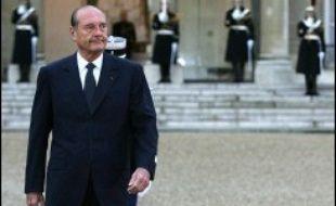 Jacques Chirac a donné mercredi matin le coup d'envoi des traditionnelles cérémonies d'échanges de voeux à l'Elysée avec le salut au drapeau dans la cour d'honneur du palais présidentiel.