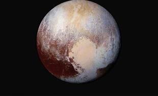 La Nasa a diffusé le 24 juillet 2015 cette image qui combine plusieurs photographies de Pluton, colorées pour faire ressortir les différences de composition à sa surface.