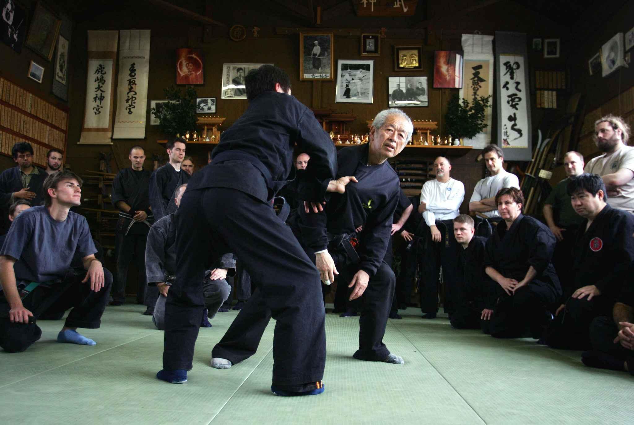 japon cherche ninjas les trangers postulent en masse. Black Bedroom Furniture Sets. Home Design Ideas