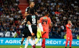 Mbappé dans les bras de papa Cavani après son but à Caen.