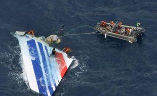 Image obtenue par l'AFP le 8 juin 2009 prise par la Marine brésilienne lors de la récupération d'une partie de la queue de l'A330 du vol d'Air France Rio-Paris dans l'océan Atlantique le 1er juin 2009