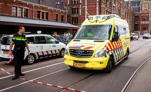 Deux personnes ont été grièvement blessées le 31 août 2018 dans une attaque au couteau à la gare centrale d'Amsterdam.