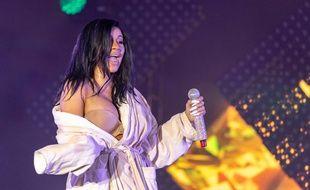 La chanteuse Cardi B sur la scène du Bonnaroo Music + Arts Festival, après avoir craqué son body