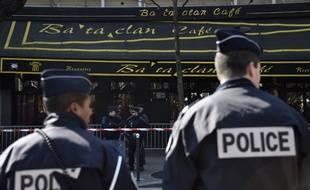 Des policiers devant l'entrée du Bataclan.