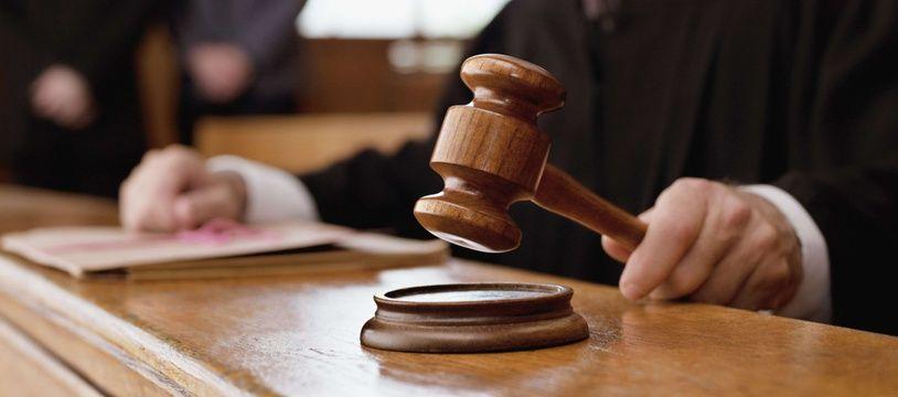 La justice a condamné un policier britannique à 25 ans de prison.