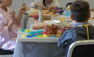 Sept enfants présents sur la promenade des Anglais le 14 juillet suivent un atelier thérapeutique.