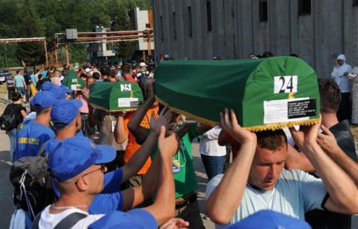 Environ 30.000 personnes ont participé mercredi à Srebrenica (est de la Bosnie), aux obsèques de 520 victimes du massacre perpétré en 1995 à l'encontre de musulmans par les forces serbes de Bosnie, tuerie qualifiée de génocide par la justice internationale. – Elvis Barukcic afp.com