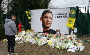 Des dizaines de bouquets en hommage à Emiliano Sala devant le centre d'entraînement du FC Nantes.