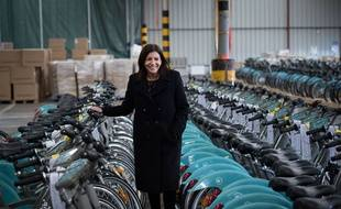 La maire de Paris Anne Hidalgo pose avec les nouveaux Vélib' électriques fabriqués à la Roche sur Yon le 19 décembre 2017.