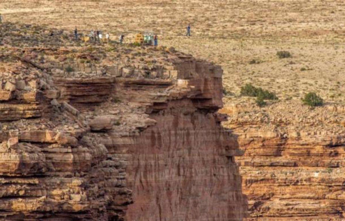 Un an après avoir franchi les chutes du Niagara, le funambule américain Nik Wallenda a de nouveau réalisé un exploit en devenant le premier homme à traverser le Grand Canyon, à 450 mètres de hauteur, sans filet ni harnais de sécurité. – Joe Klamar AFP