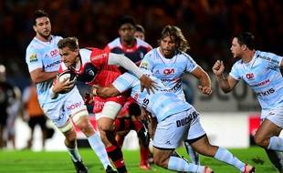 Le Toulousain Toby Flood tente d'échapper à la défense du Racing 92, le 4 septembre 2016 à Colombes.