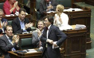 Le Parlement belge a mis fin vendredi à une controverse entre Flamands et Wallons qui empoisonnait la vie politique depuis près de 50 ans, mais les indépendantistes de la Flandre affûtent déjà leurs prochaines revendications.