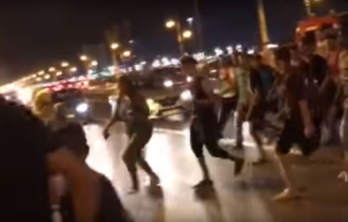 La vidéo d'une femme suivit par une horde d'hommes au Maroc relance la polémique sur le harcèlement de rue. – Capture Youtube Rue zanka