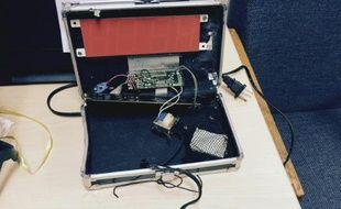 Cette photo faite le 16 septembre par la police d'Irving au Texas montre une horloge numérique fabriquée par un collégien de 14 ans