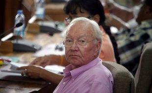 Le sénateur Gaston Flosse a été condamné jeudi par la Cour d'Appel de Papeete à quatre ans de prison avec sursis, 125 000 Euros d'amende et trois ans de privation des droits civiques, pour prise illégale d'intérêt et détournement de fonds publics, dans une vaste affaire d'emplois fictifs, à l'époque où il présidait la Polynésie française.