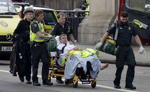 Des ambulanciers évacuent un blessé près du Parlement britannique, après l'attaque qui a frappé Londres mercredi 22 mars.