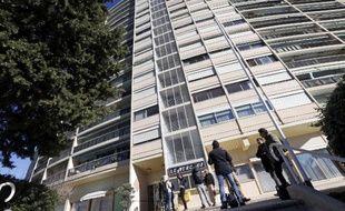 """Des journalistes devant l'immeuble """"Le Surcouf"""" de Mandelieu-la-Napoule après la découverte de colis suspects lors d'une perquisition dans le cadre de l'affaire du démantèlement de la cellule de Cannes-Torcy, le 17 février 2014"""
