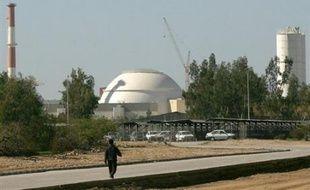 """La Russie a annoncé lundi qu'elle avait commencé à livrer du combustible nucléaire à l'Iran pour la centrale de Bouchehr, """"sous le contrôle"""" de l'AIEA, et réitéré l'appel à Téhéran à cesser tout enrichissement d'uranium, immédiatement rejeté."""
