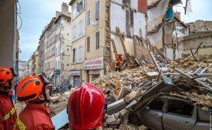 Des marins-pompiers devant les immeubles qui se sont effondrés rue d'Aubagne à Marseille