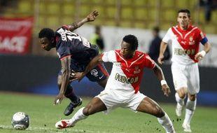 Le milieu de terrain monégasque Jean-Jacques Gosso, en grand écart devant le parisien Sessegnon, lors du match Monaco - Paris, le 13 septembre en Ligue 1.