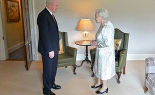 La reine Elizabeth II et le vice-Premier ministre d'Irlande du Nord, Martin McGuinness, à Hillsborough Castle à Belfast le 27 juin 2016.