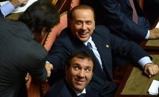 Le gouvernement d'Enrico Letta a survécu mercredi à un vote de confiance décisif au parlement, après qu'une fronde interne au parti de SilvioBerlusconi a forcé le Cavaliere à capituler et à renoncer à le faire tomber.