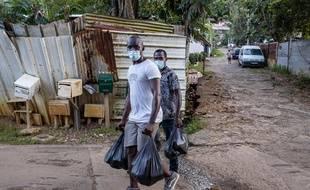 Des bénévoles viennent en aide à des personnes en difficultés lors de la crise sanitaire en Guyane le 7 juillet 2020.