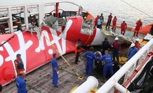 La queue de l'appareil d'AirAsia remontée par un équipage russe et indonésien.