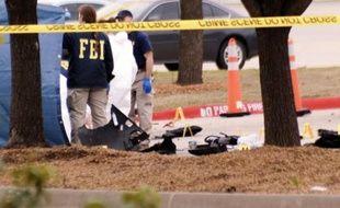 Le FBI devant le centre Curtis Culwell à Garland, au Texas, où la police a fait exploser le 4 mai 2015 une voiture par précaution après l'attaque avortée de deux hommes lourdement armés
