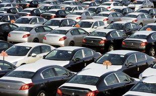 Avec des ventes mondiales en recul de 4,9%, 2013 aura été une nouvelle mauvaise année pour PSA Peugeot Citroën qui a dû se résigner à bientôt voir entrer à son capital l'Etat et son partenaire chinois Dongfeng pour l'aider à remonter la pente.