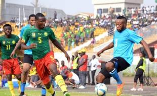 Le défenseur Jérôme Guihoata (à gauche, ici sous les couleurs du Cameroun en 2015 face au Congo. Le joueur appartenait au FC Lorient depuis 2016, mais personne ne le savait.