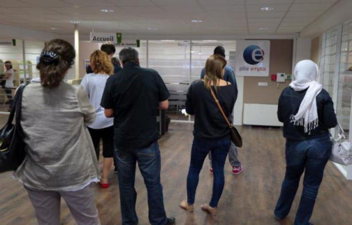 Des chômeurs patientent le 10 septembre 2012 dans une agence pour l'emploi, à Pontault-Combault, en Seine-et-Marne – Jacques Demarthon AFP