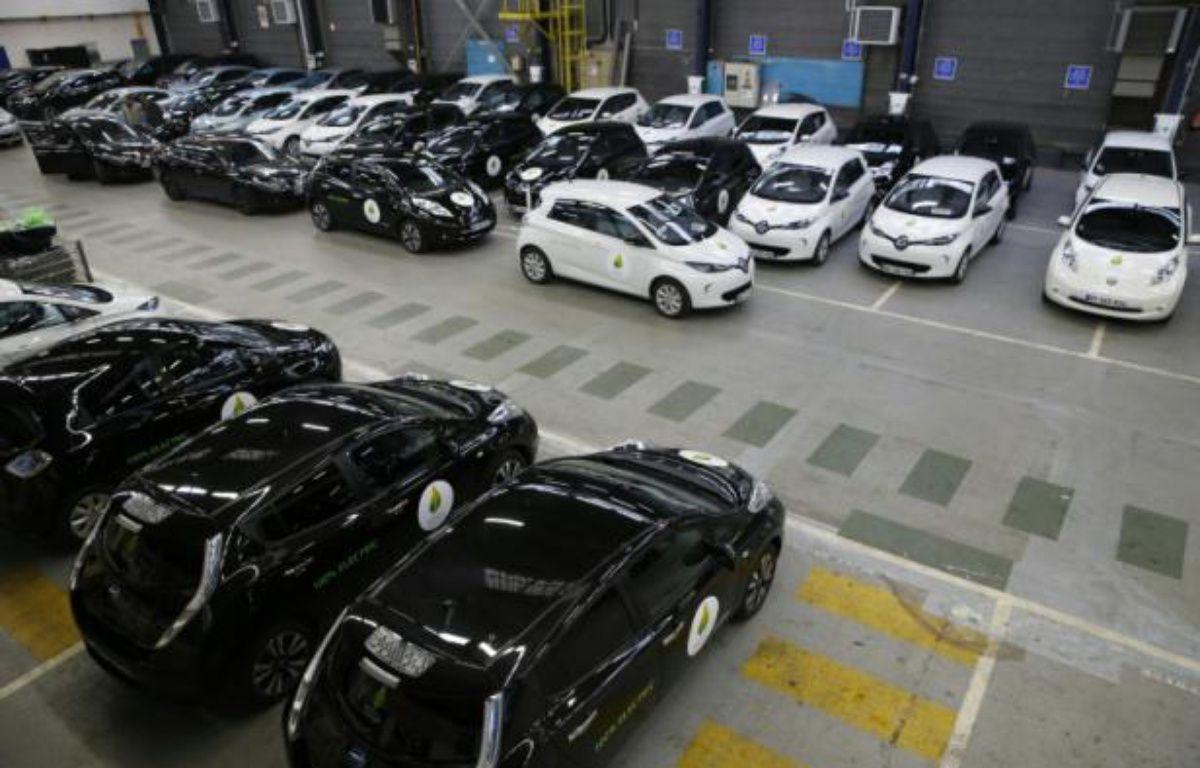 Des voitures électriques Renault stationnées à Boulogne, le 16 novembre 2015 – PATRICK KOVARIK AFP