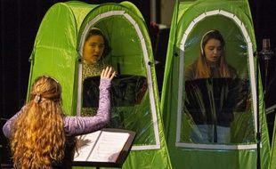 Les élèves lors d'un cours de chant dans les tentes pop-up le 26 février 2021, à Wenatchee, aux Etats-Unis.