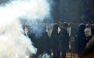La police fait face aux manifestants près d'un bâtiment du gouvernement cantonal, à Tuzla, en Bosnie-Herzégovine, le 7 février 2014
