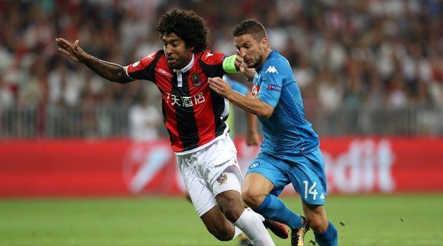 Dante et Mertens se bagarrent pour une balle en cuir.  – VALERY HACHE / AFP