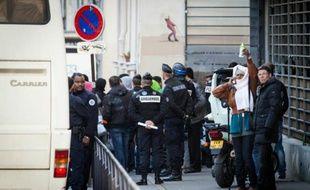 Des migrants évacués à Paris d'un lycée, le 4 mai 2016