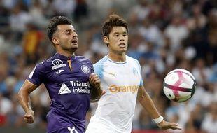 Corentin Jean, l'attaquant du TFC, à la lutte avec le défenseur de l'OM Hiroki Sakai, le 10 août 2018 au Stade-Vélodrome de Marseille.