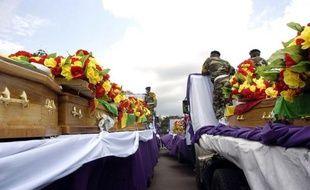 Des milliers de personnes ont assisté dans l'émotion et le recueillement dimanche à Brazzaville aux obsèques de 145 de 223 victimes des explosions d'un dépôt de munitions, une semaine exactement après le drame qui a fait aussi plus de 2.300 blessés et 14.000 sans-abri.