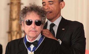 Le chanteur Bob Dylan décoré par le président américain Barack Obama de la Médaille présidentielle de la liberté, le 29 mai 2012, à Washington (Etats-Unis).