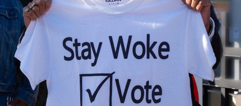 Marcia Fudge, représentante au Congrès, avec un t-shirt « Stay Woke: Vote » en 2018.
